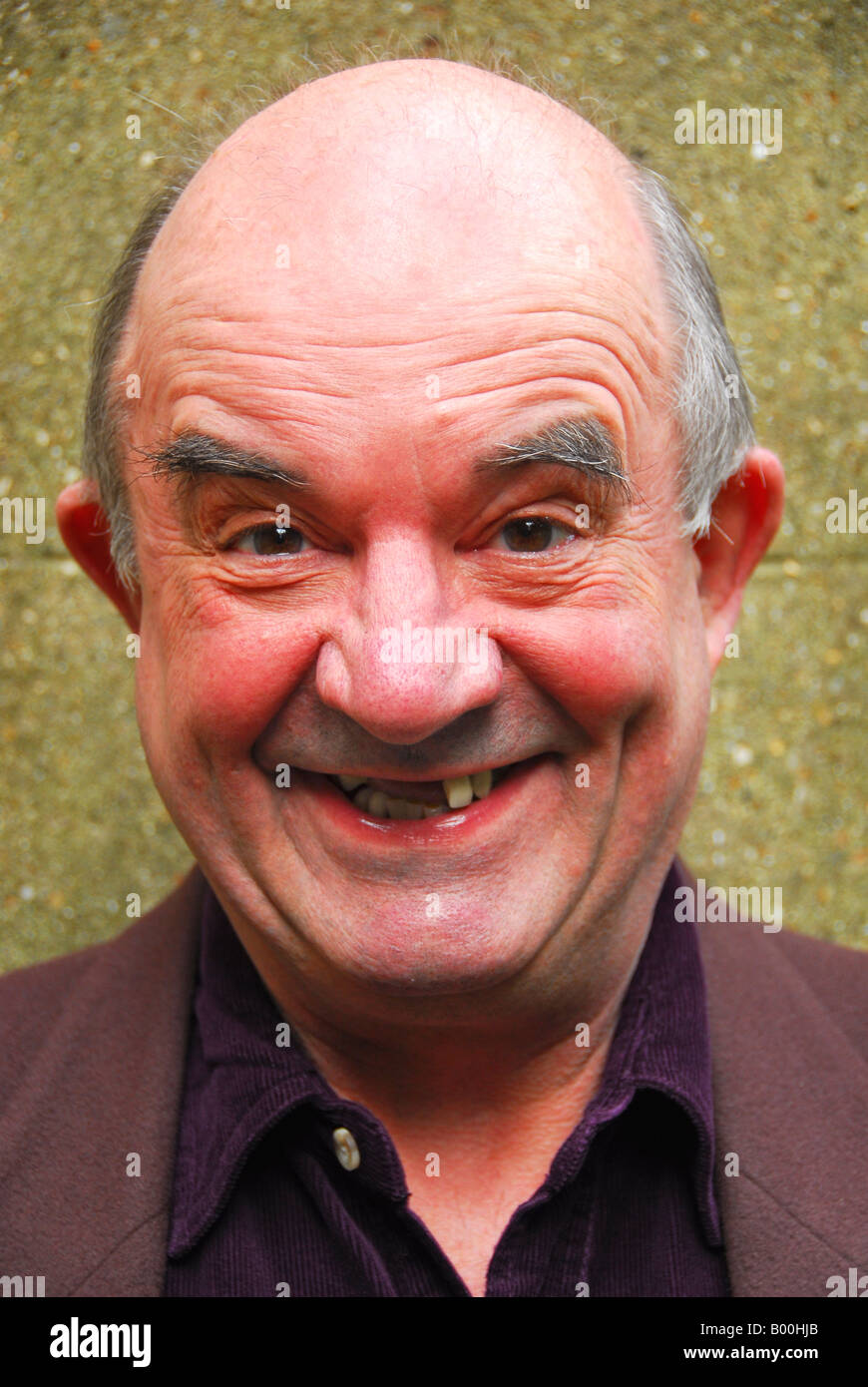 TEETLESS l uomo nella sua 70's sorrisi ampia Immagini Stock
