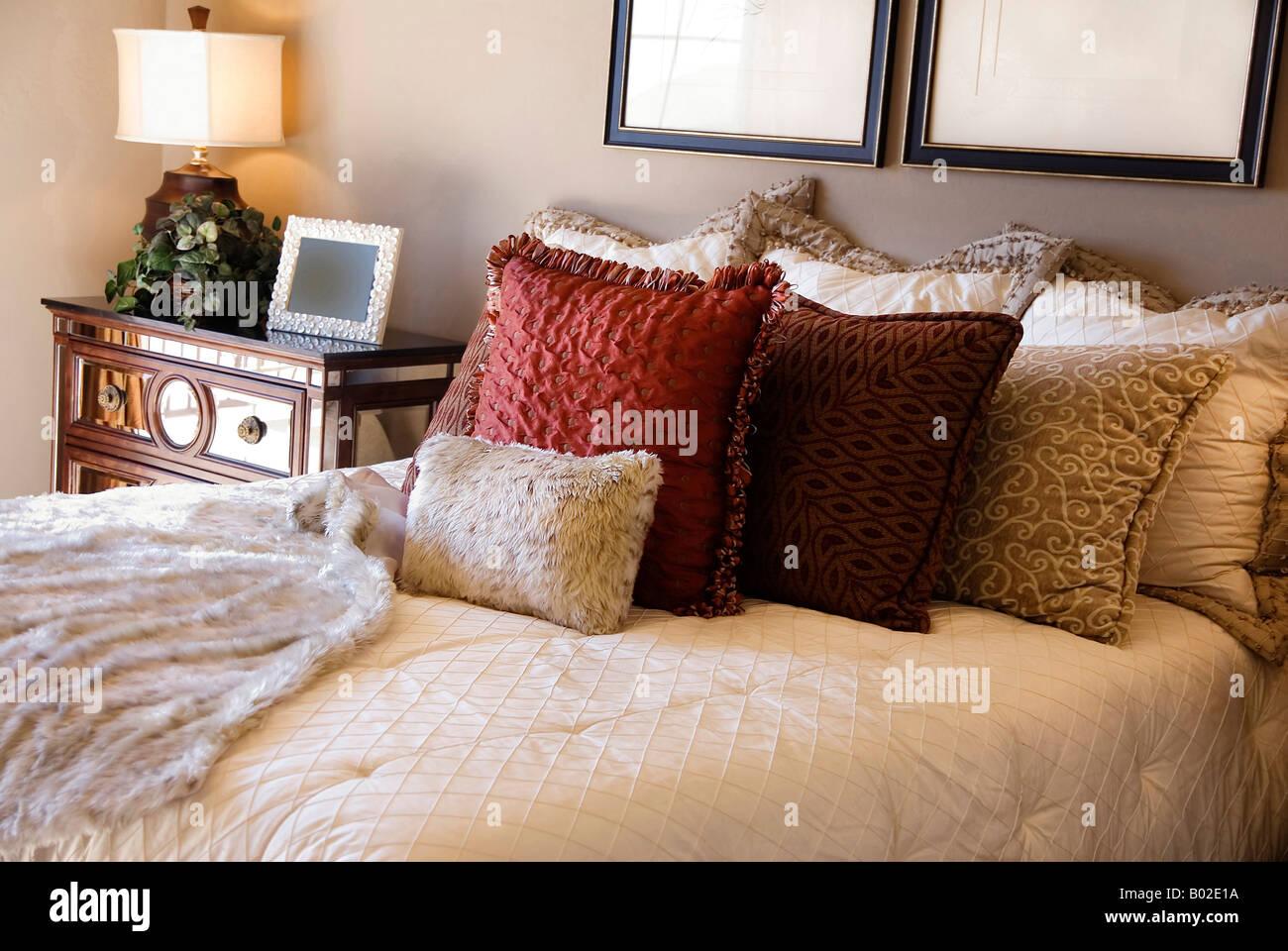 Bella camera da letto elegante arredo di interni Foto & Immagine ...
