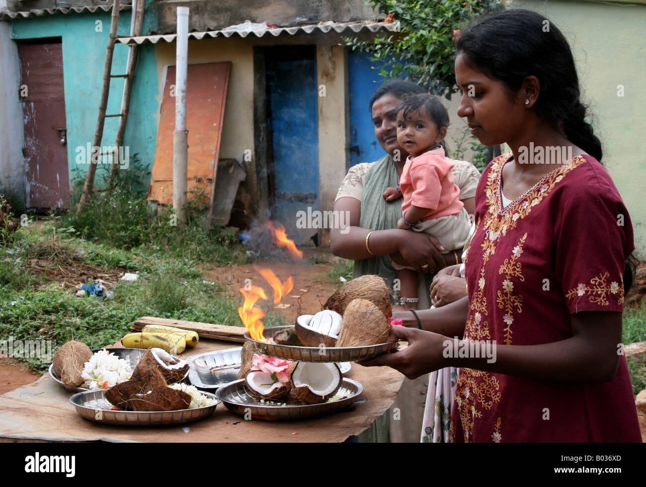 La donna si prepara arti pooja a benedire un gigante Ganesh processione passando la sua casa , Ganesh Chaturthi Immagini Stock