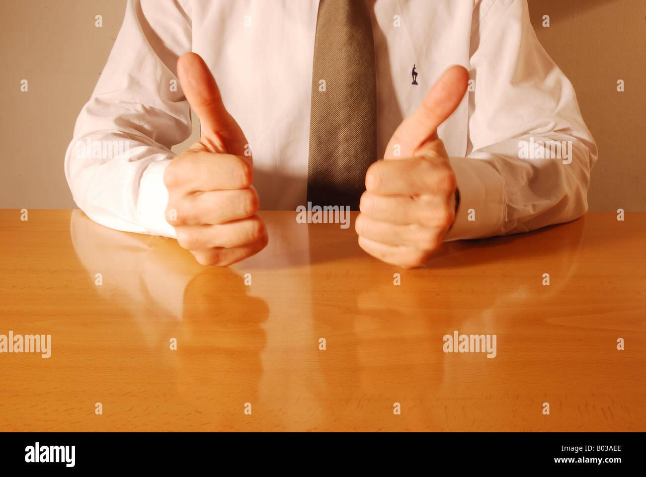 Gesti con le mani: Thumbs up. Immagini Stock