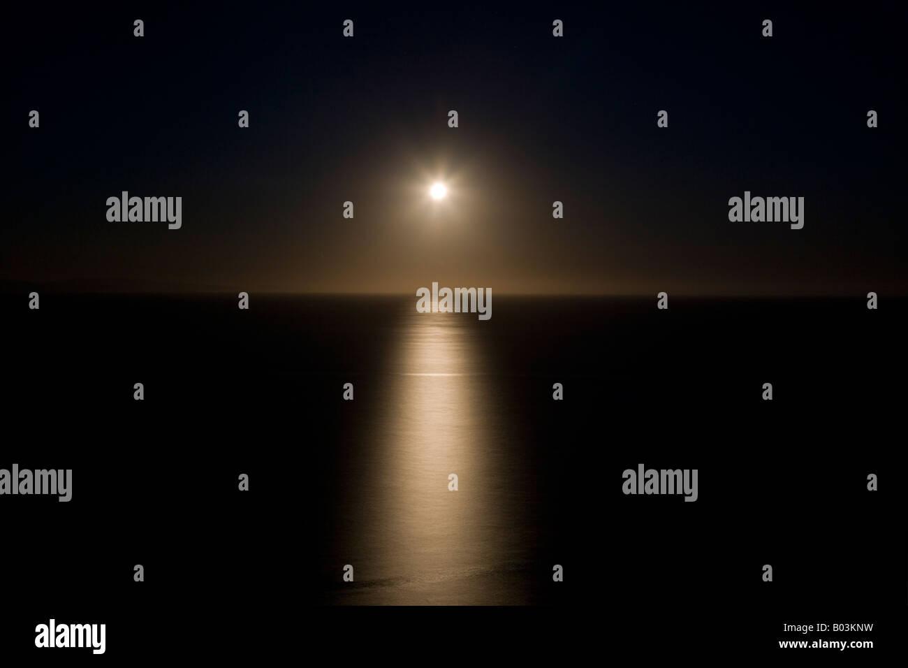 Pulire Calma E Immagine Ispiratrice Del Sorgere Della Luna Sul Mare