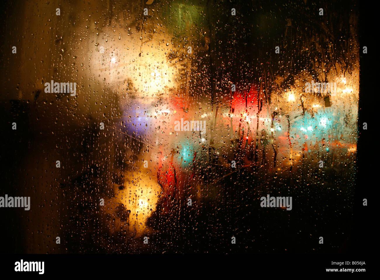 Guardando fuori di una pioggia SPORCA FINESTRA SUL Harrington Road, South Kensington, Londra Immagini Stock
