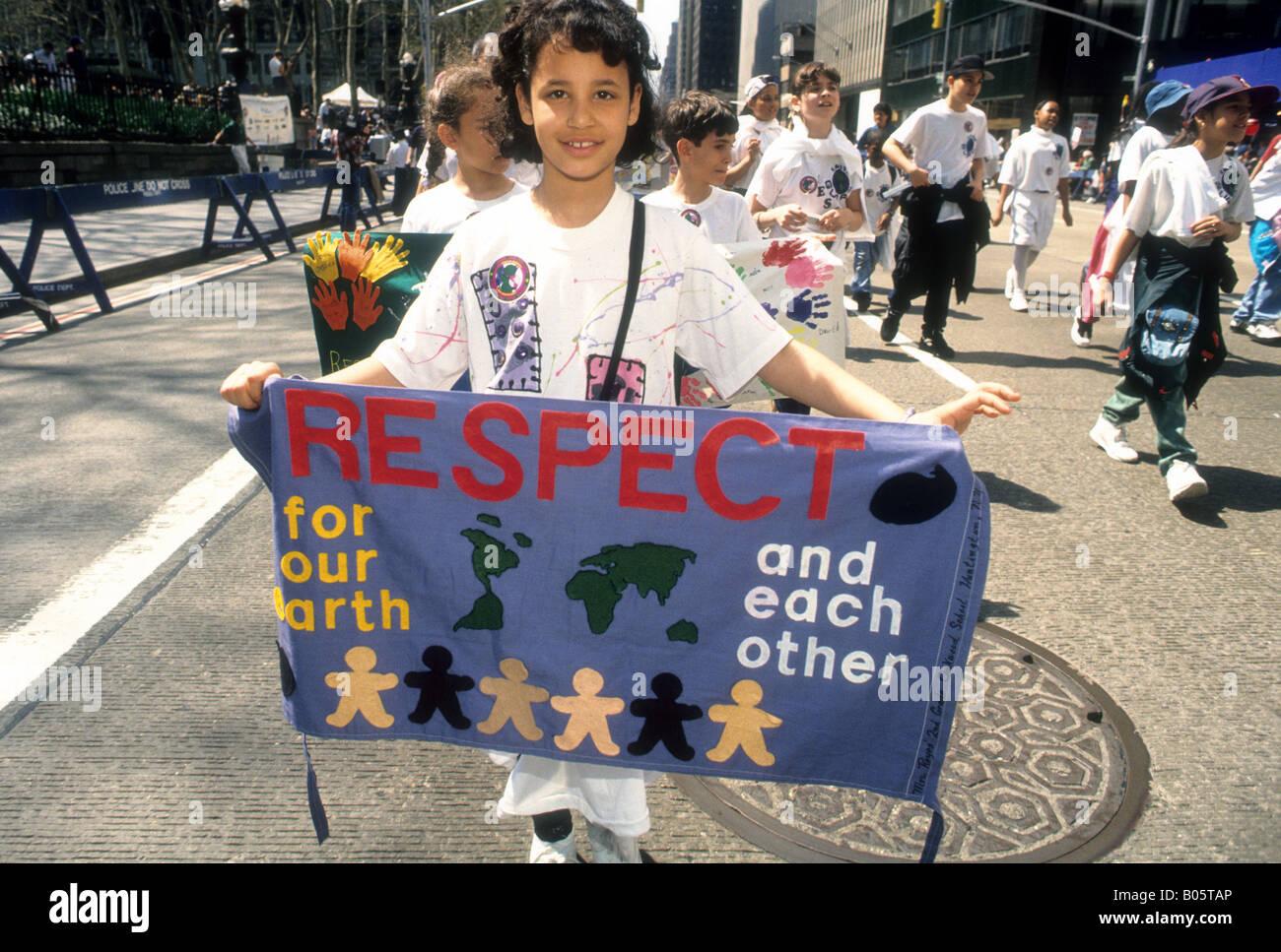 Bambini marzo in corteo per il pianeta fino Sixth Avenue a New York il giorno di Terra 1995 Immagini Stock