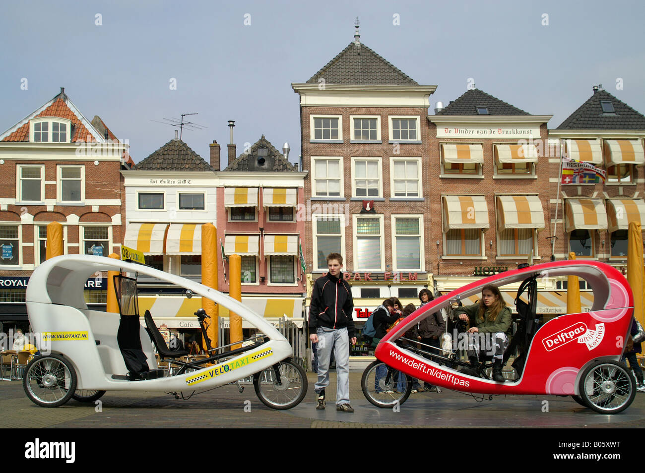 Noleggio velo taxi alla piazza principale nella città di Delft, Paesi Bassi. Immagini Stock