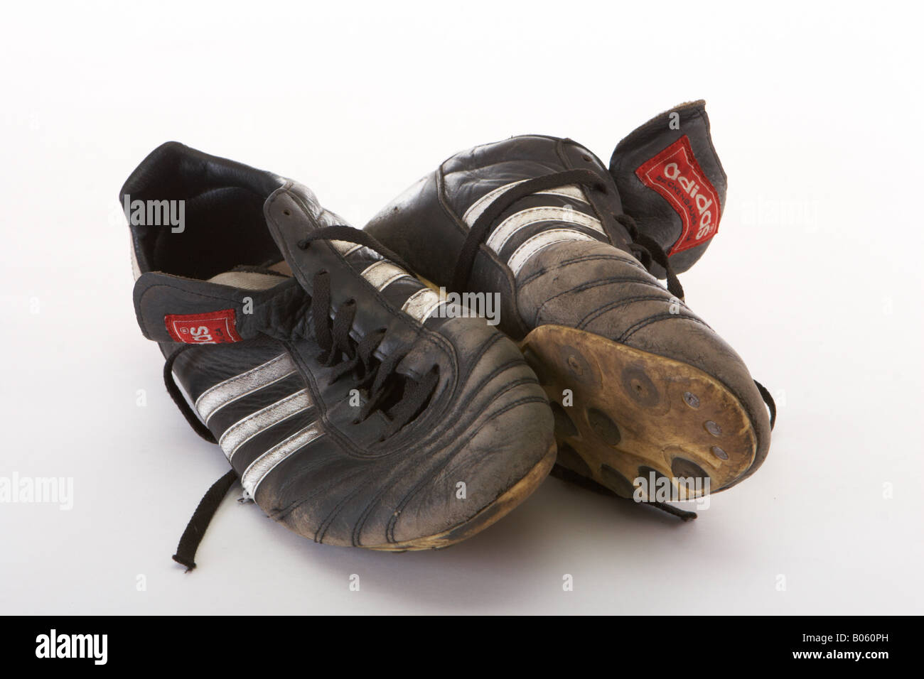 Vecchie scarpe da calcio su uno sfondo bianco Foto