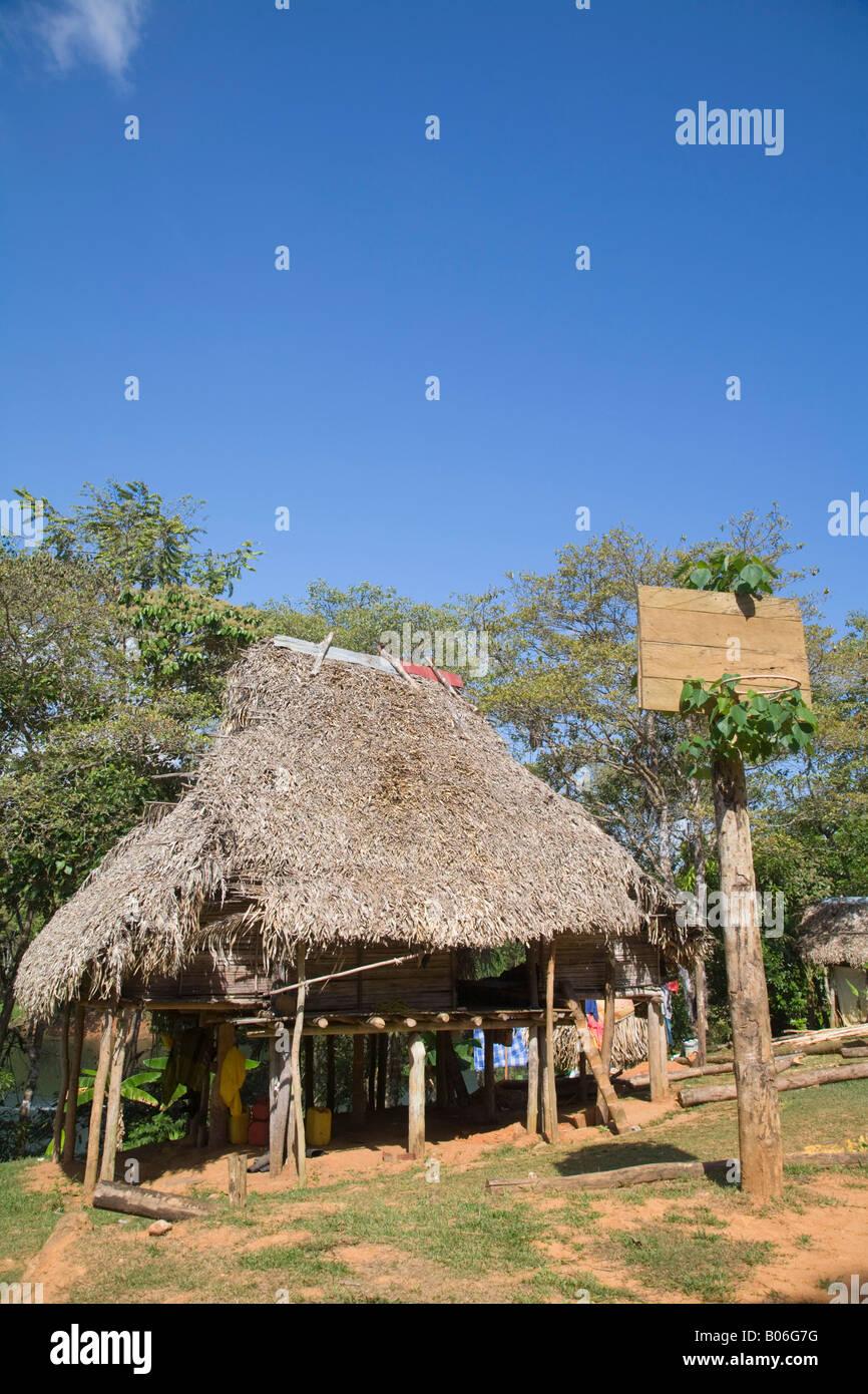 Panama, fiume di Chagres Embera Village, capanna con il tetto di paglia Immagini Stock