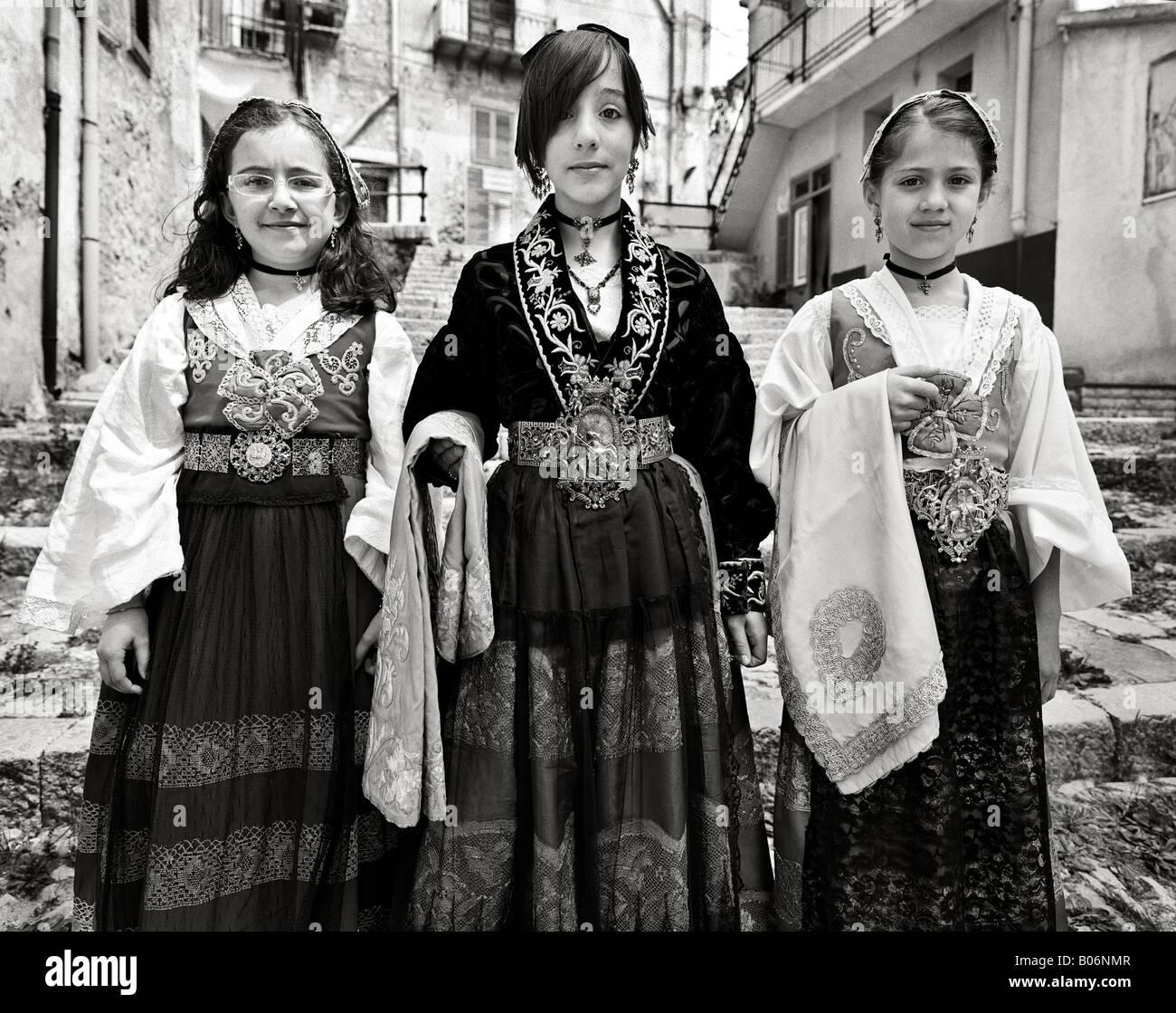 dc0179f0738a Locali di giovani ragazze che indossano abiti tradizionali per la  celebrazione della Pasqua Piana degli Albanesi Palermo Sicilia Italia