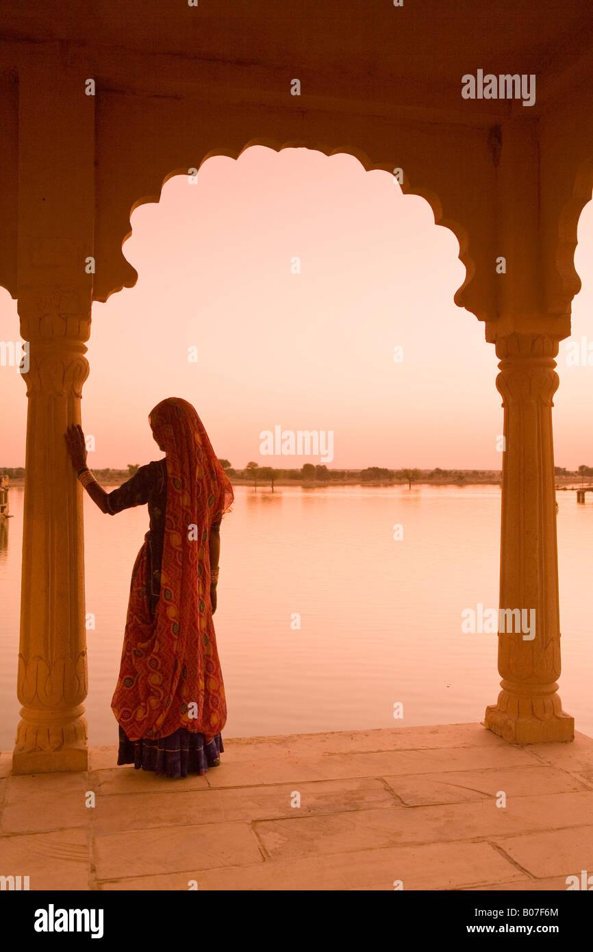 Donna che indossa Sari, Jaisalmer, Rajasthan, India Immagini Stock