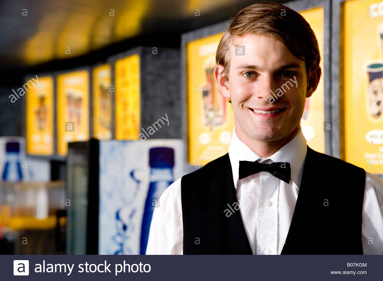 Elegantemente vestito usher al cinema sorridente Immagini Stock