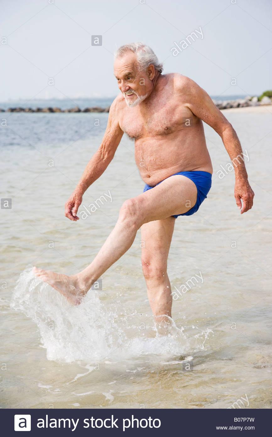 471f06170c65 Ritratto di un anziano uomo in costume da bagno in spiaggia Immagini Stock