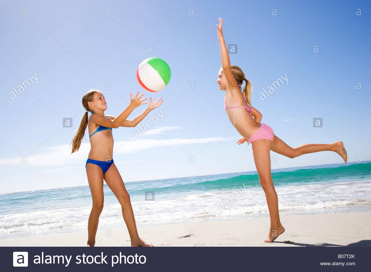 Due giovani ragazze giocando sulla spiaggia Immagini Stock