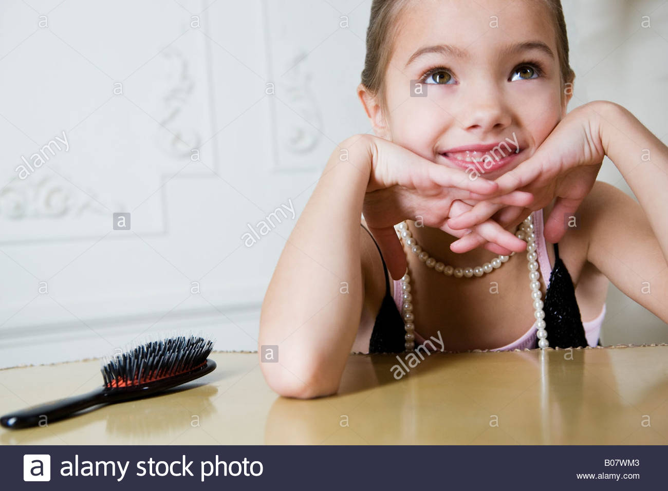 Ragazza giovane a giocare a vestirsi Immagini Stock