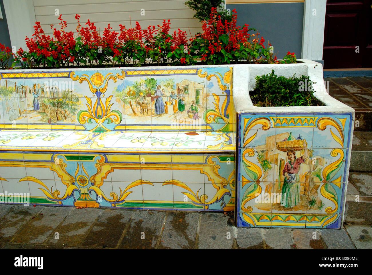 Piastrelle Di Ceramica Decorate.Sedile In Strada Decorata Con Piastrelle Di Ceramica E Vasi