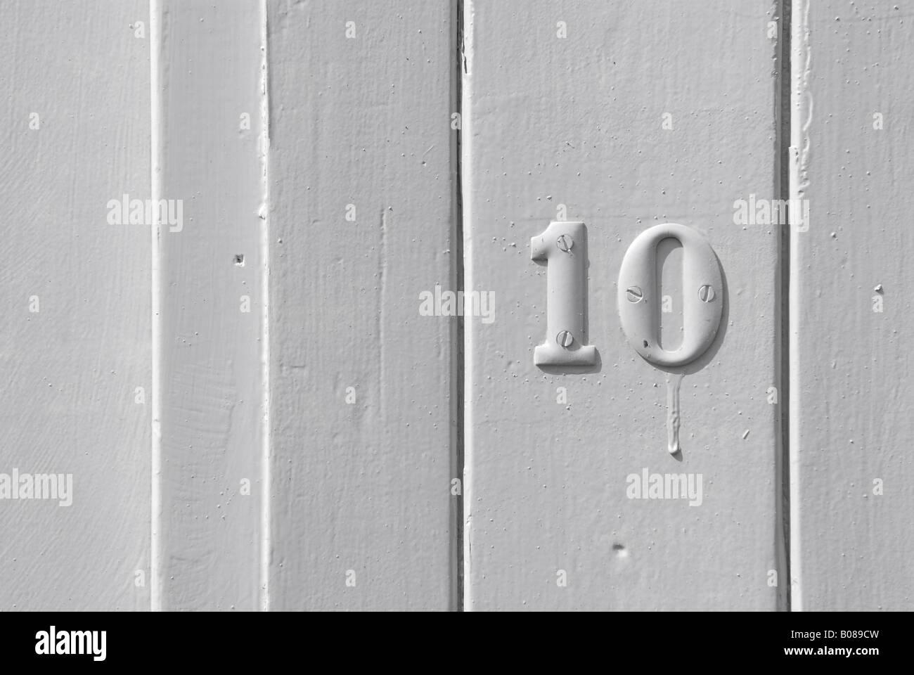 Numero dieci 10 su bianco rivestito di legno porta Immagini Stock
