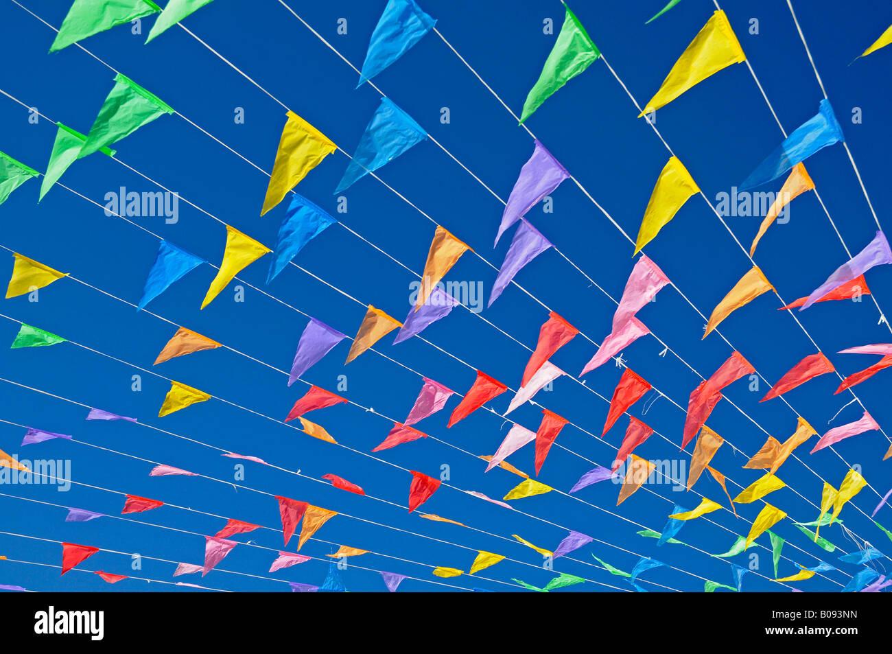 Bandiere colorate contro un cielo blu, fiesta, Altea la Vella, Alicante, Costa Blanca, Spagna Immagini Stock