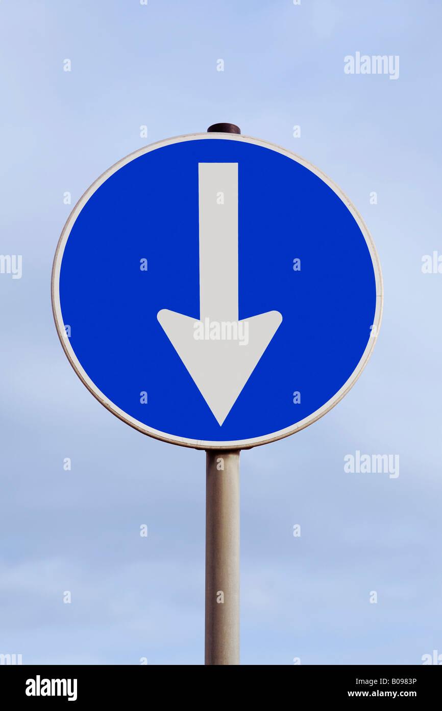 Il traffico con una freccia che punta verso il basso, verso il basso, flessione, caduta, sud Immagini Stock