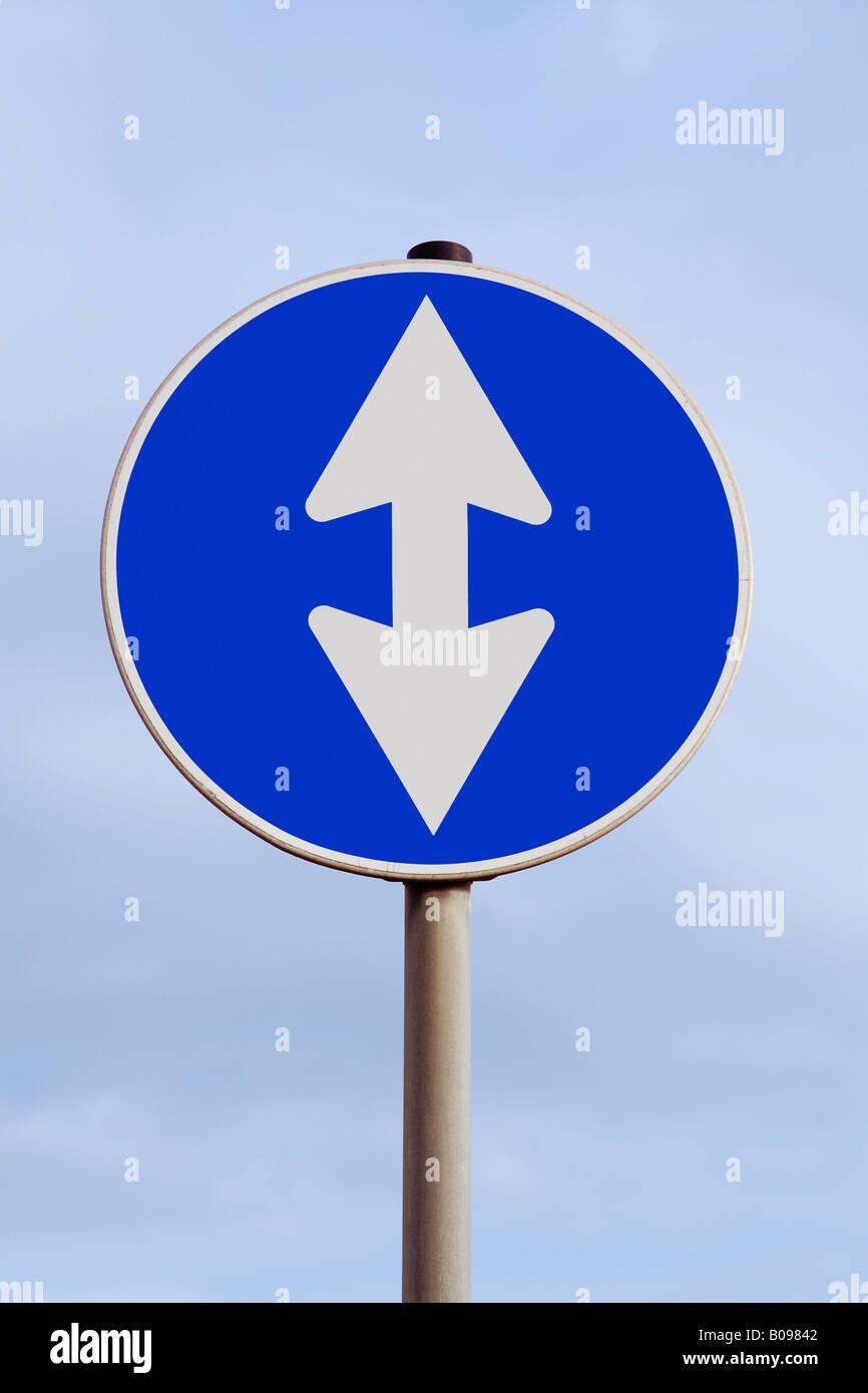 Il traffico con una doppia freccia verso l'alto e verso il basso verso l'alto e verso il basso in salita Immagini Stock