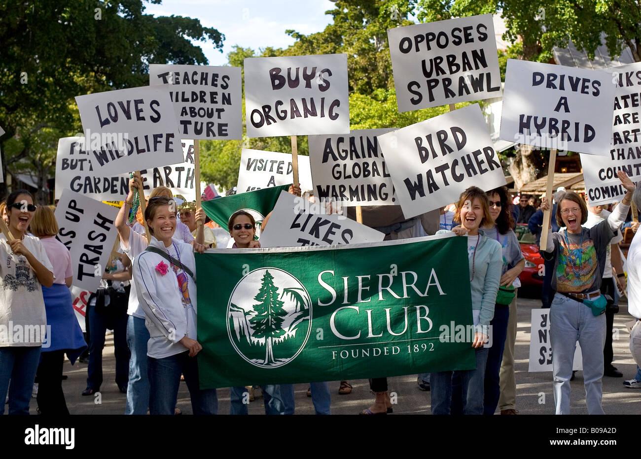 Rally promuovendo la Sierra Club, con donne azienda banner promuovere questioni ambientali come ad esempio vetture Foto Stock