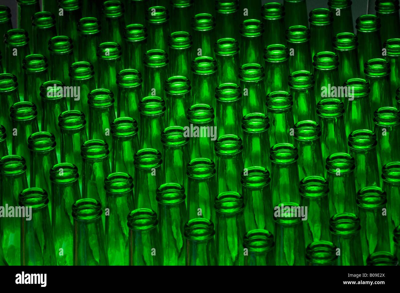 Verde di vuoti di bottiglie di birra pronta per essere riempita con birra o riciclata Immagini Stock