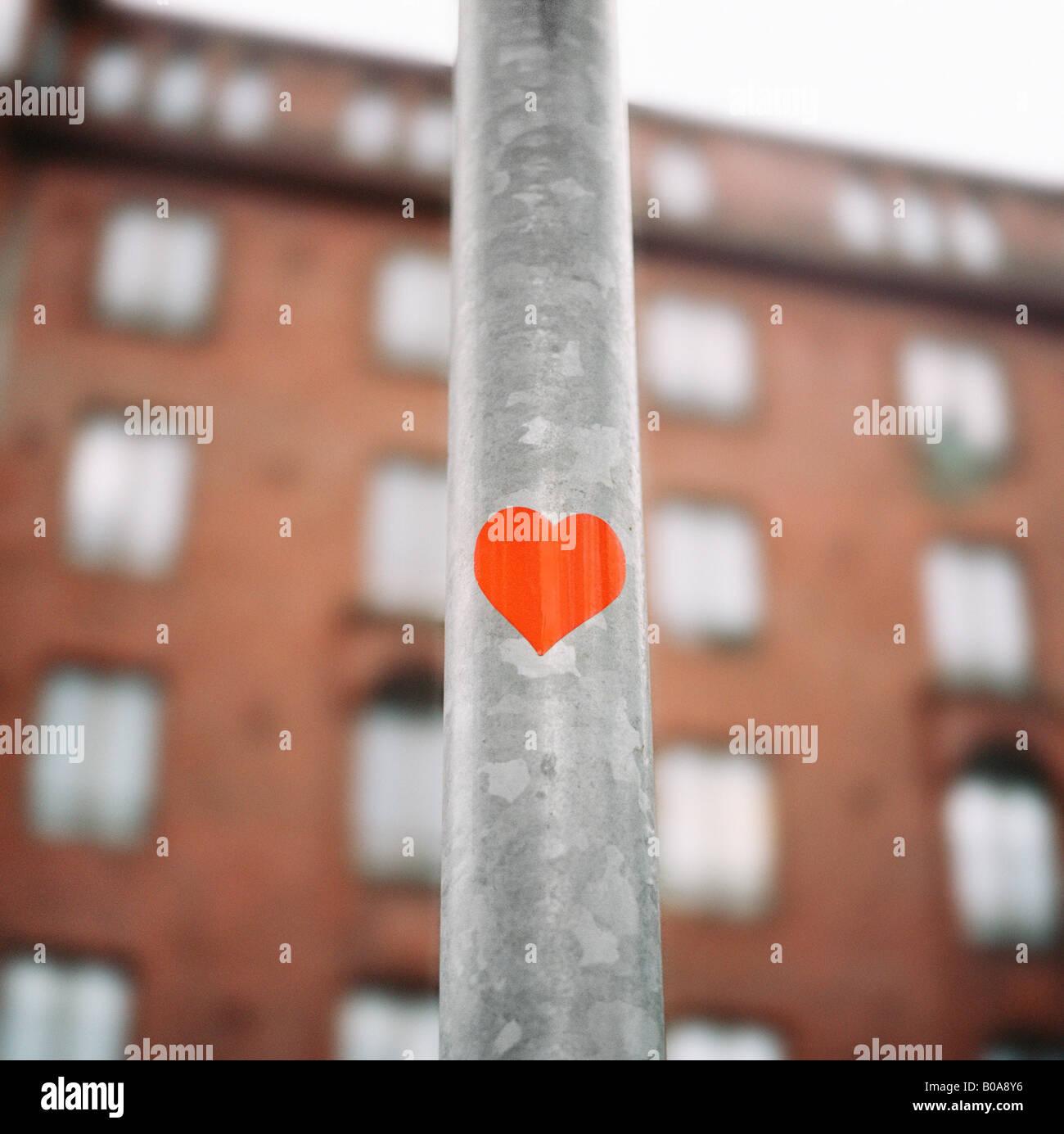 Angolo basso in prospettiva di una forma di cuore su un palo Immagini Stock
