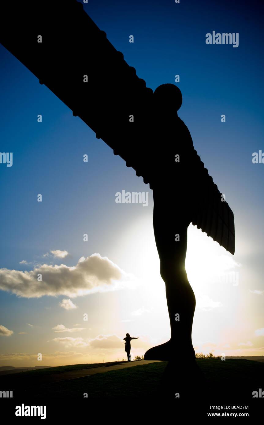 L Angelo del Nord la scultura moderna da Anthony Gormley Gateshead Regno Unito figura femminile alla base con le Immagini Stock