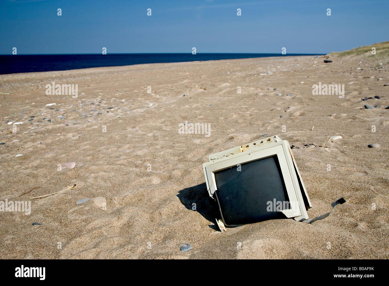 Rifiuti elettronici sulla spiaggia Immagini Stock
