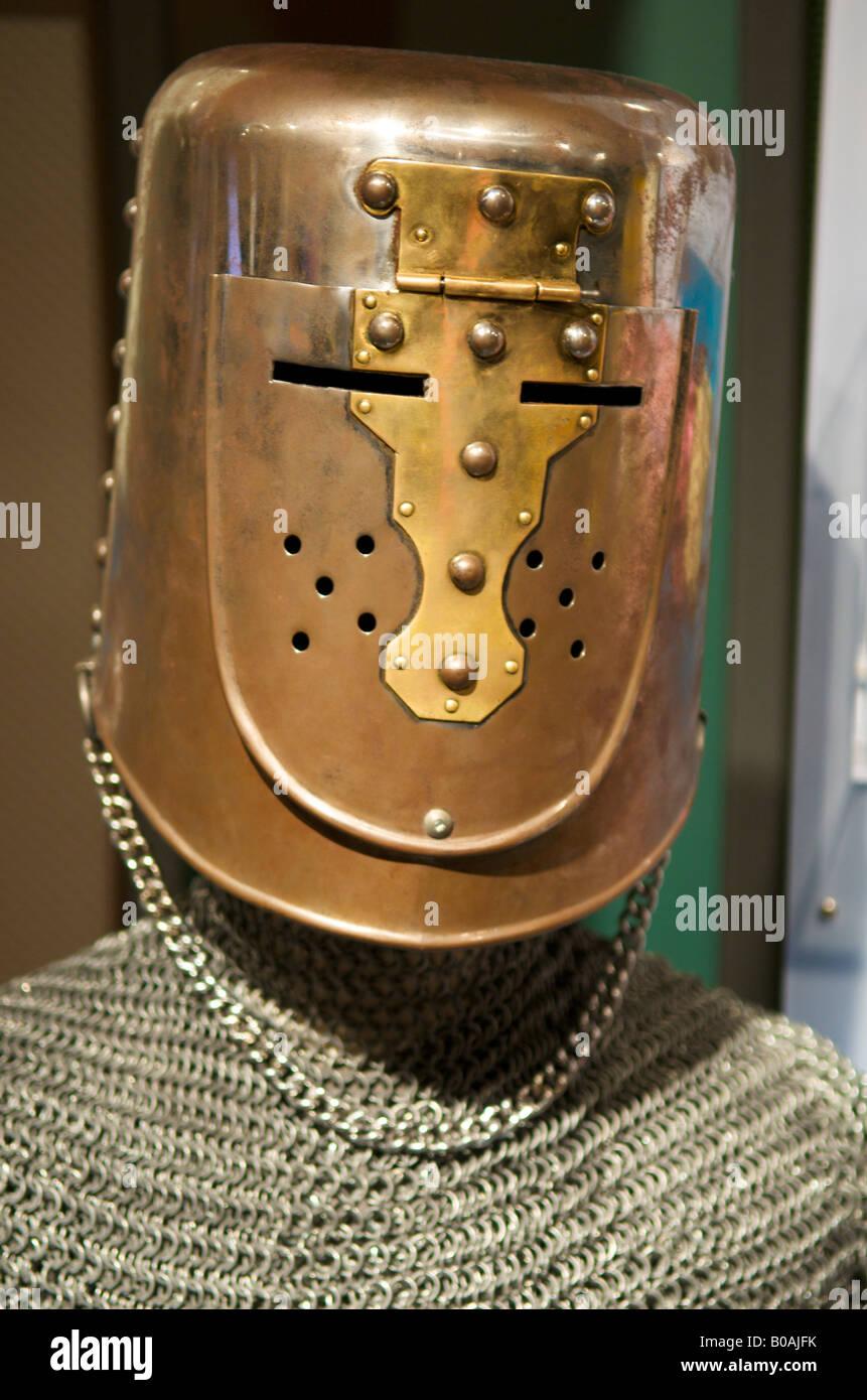 Metallo casco medievale e mail a catena sul display al Centro della Scienza del Pacifico, Seattle, Washington, Stati Uniti Foto Stock