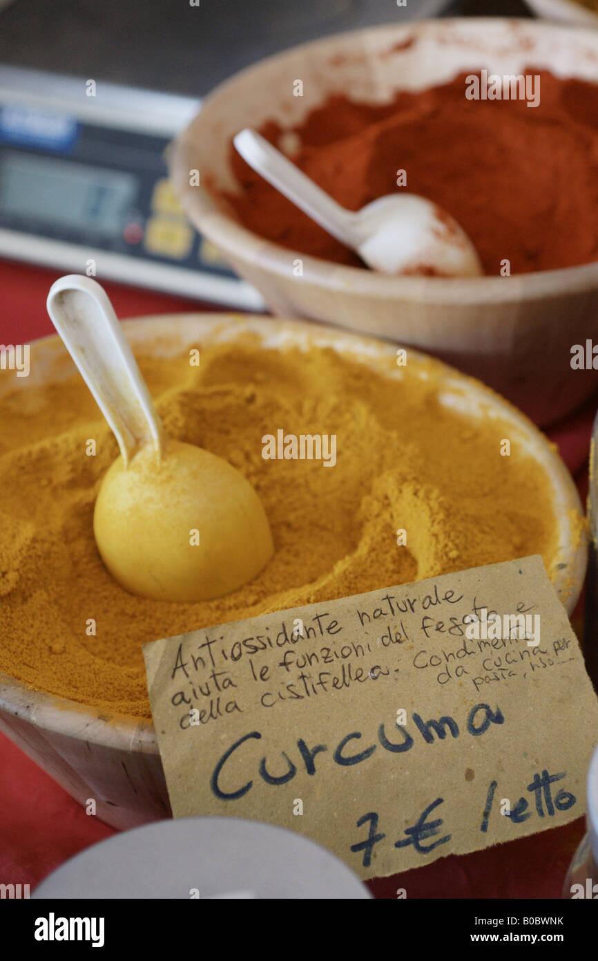 Curcuma venduto al mercato locale Immagini Stock