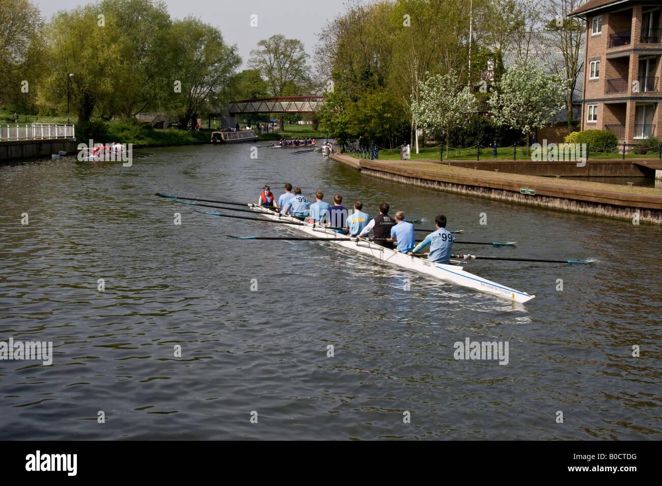 I canottieri lungo il fiume Cam vicino a Cambridge City Centre Foto Stock