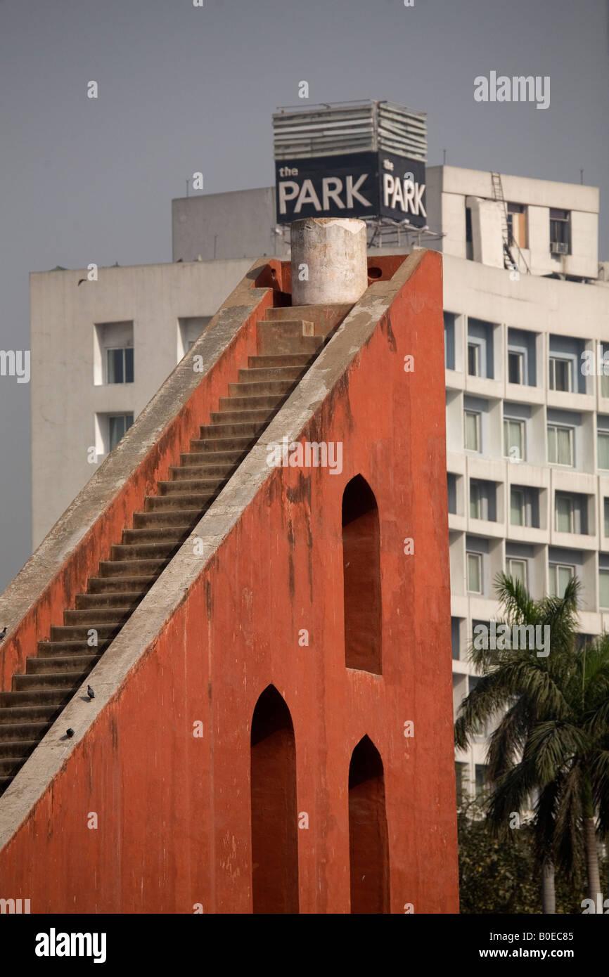 Il Jantar Mantar a New Delhi, India, sorge di fronte al Park Hotel. Il Jantar Mantar fu costruito da Jai Singh II Immagini Stock