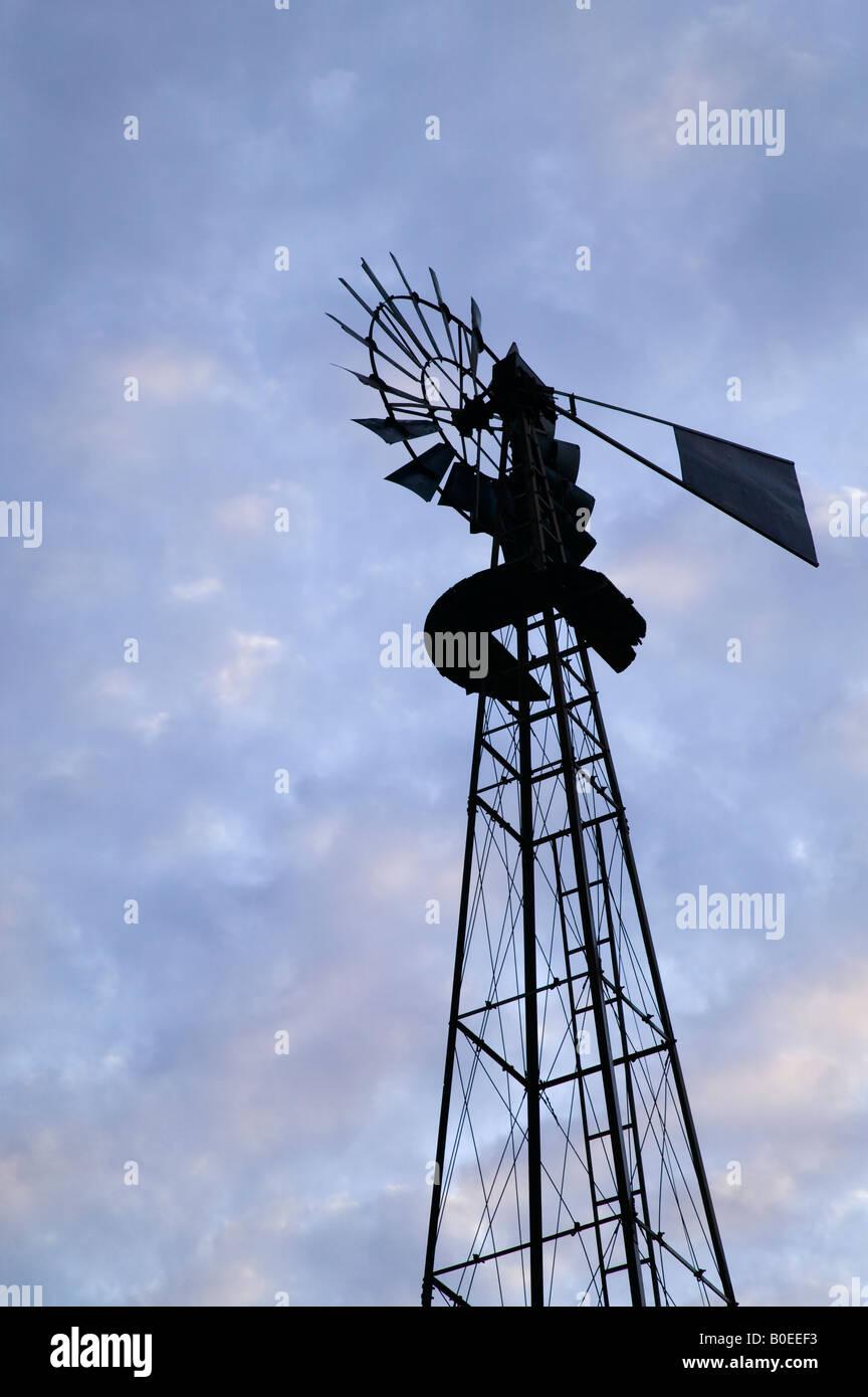 Abbandonato il mulino a vento, Iowa Immagini Stock