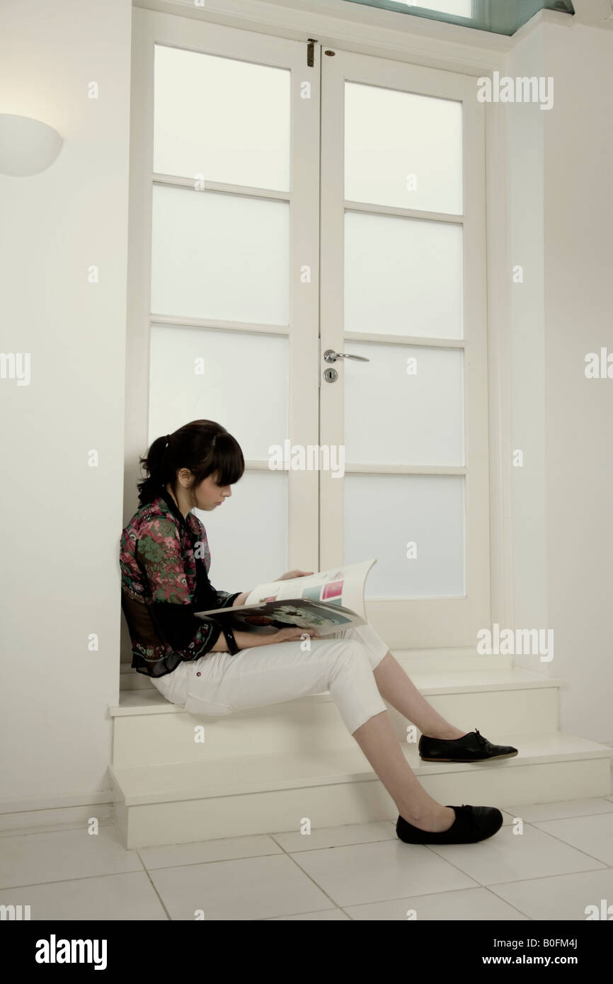 Ritratto di una donna seduta su una fase Immagini Stock