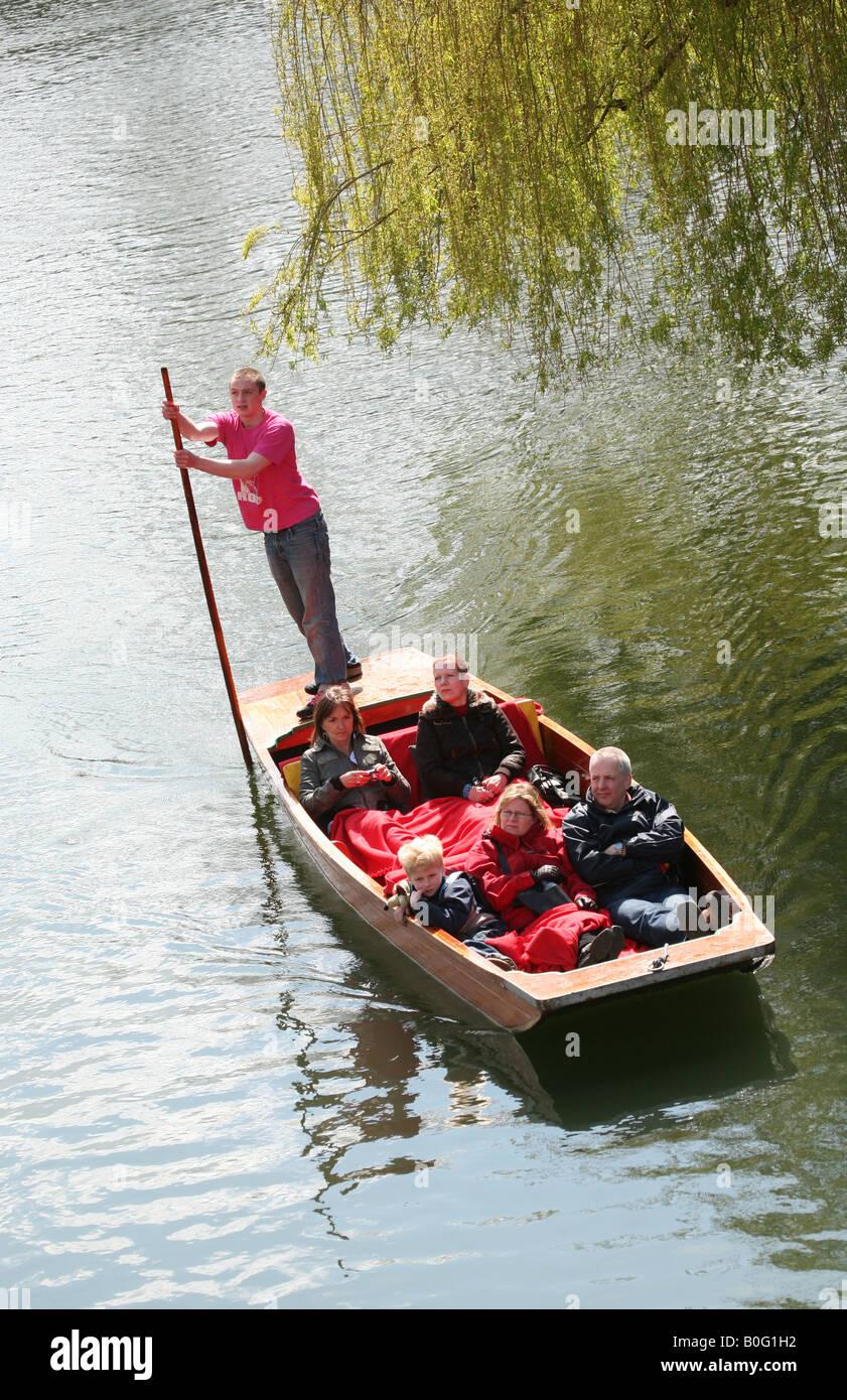Un turista punt lungo il fiume Cam vicino al Trinity College di Cambridge, Regno Unito Foto Stock