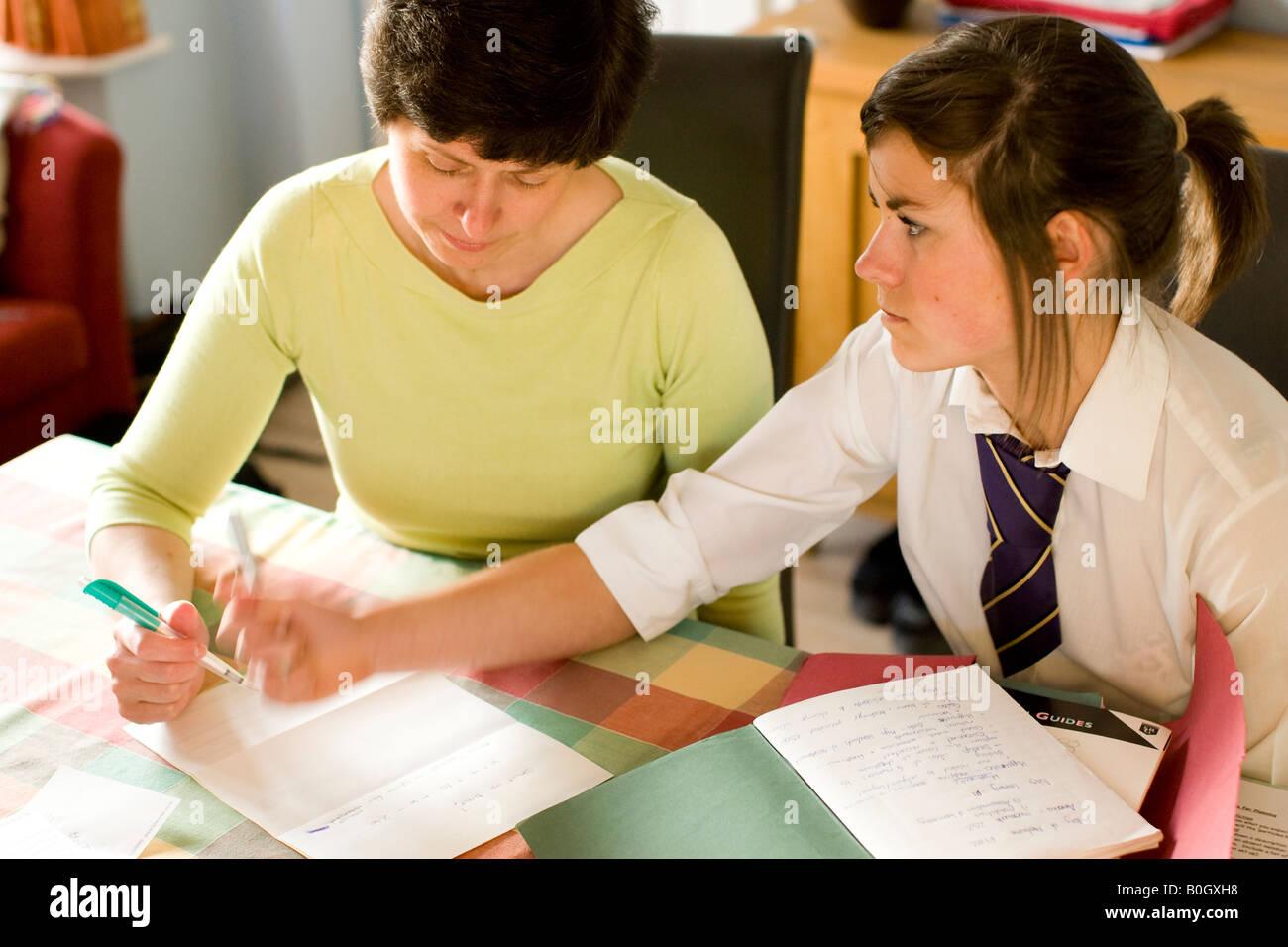 Aiutando padre figlia ragazza con i compiti di scuola e corsi Immagini Stock