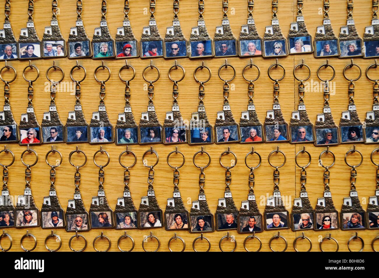 Le principali catene, portachiavi venduti a un negozio di souvenir in Guadalest, Alicante, Costa Blanca, Spagna Immagini Stock