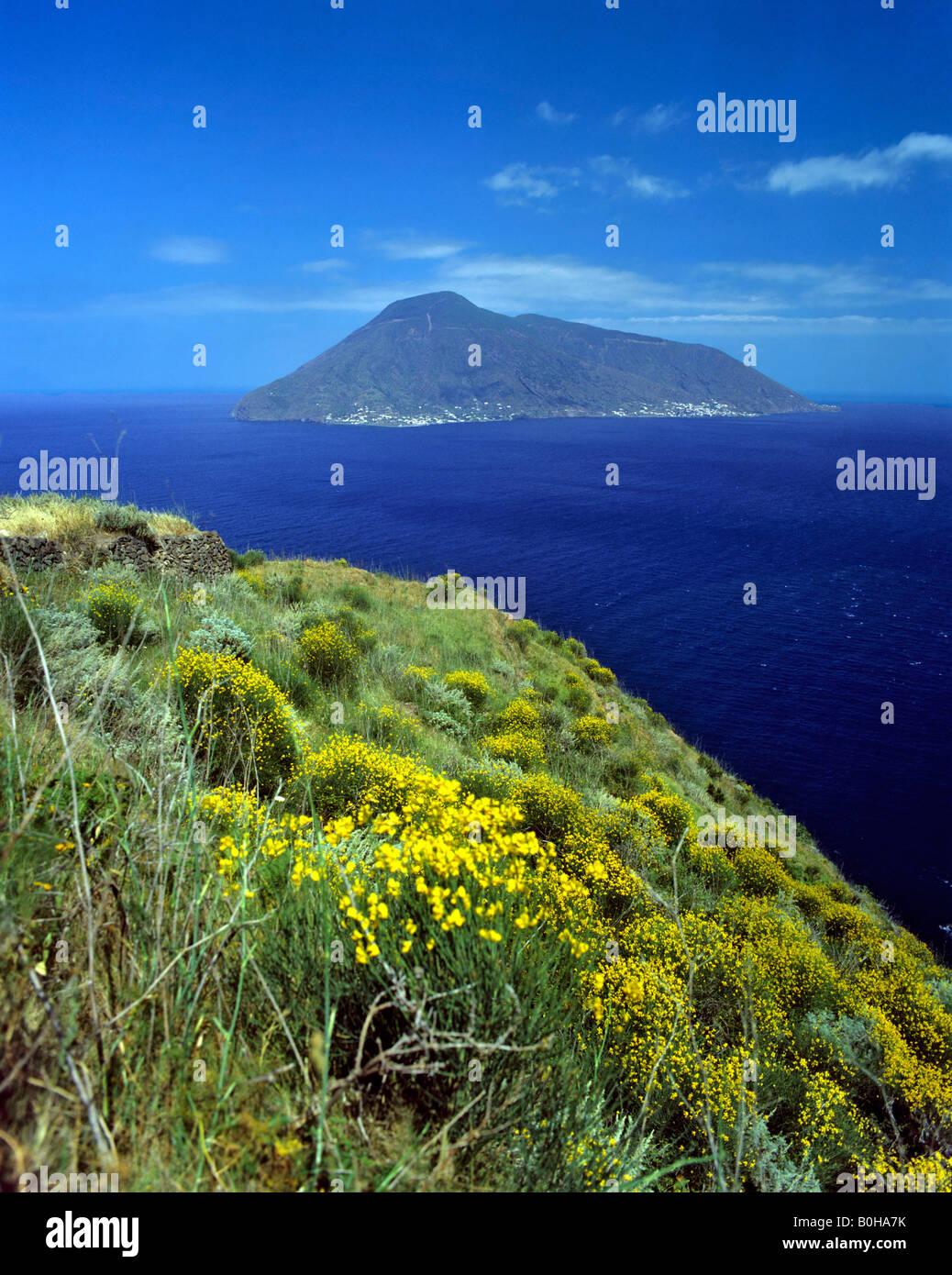 Isola di Salina visto dall isola di Lipari, Isole Eolie, in Sicilia, Italia Immagini Stock