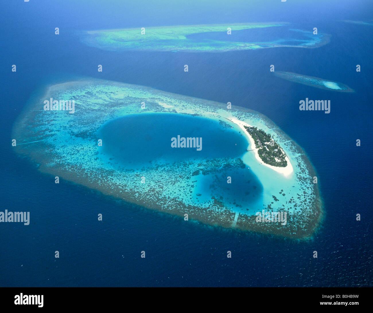 Isola di Bathala, vista aerea, atollo di Ari, Maldive, Oceano Indiano Immagini Stock