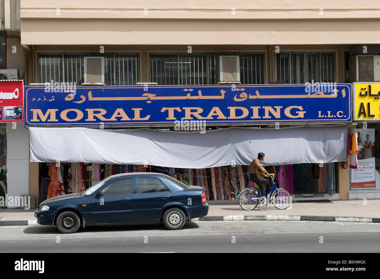 Dubai, Emirati arabi uniti (EAU). Un negozio di fronte al tessuto Souk area di mercato Immagini Stock