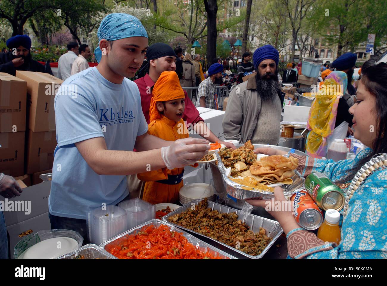 I pasti vengono consegnati dopo la ventunesima edizione del giorno Sikh Parade di New York Immagini Stock