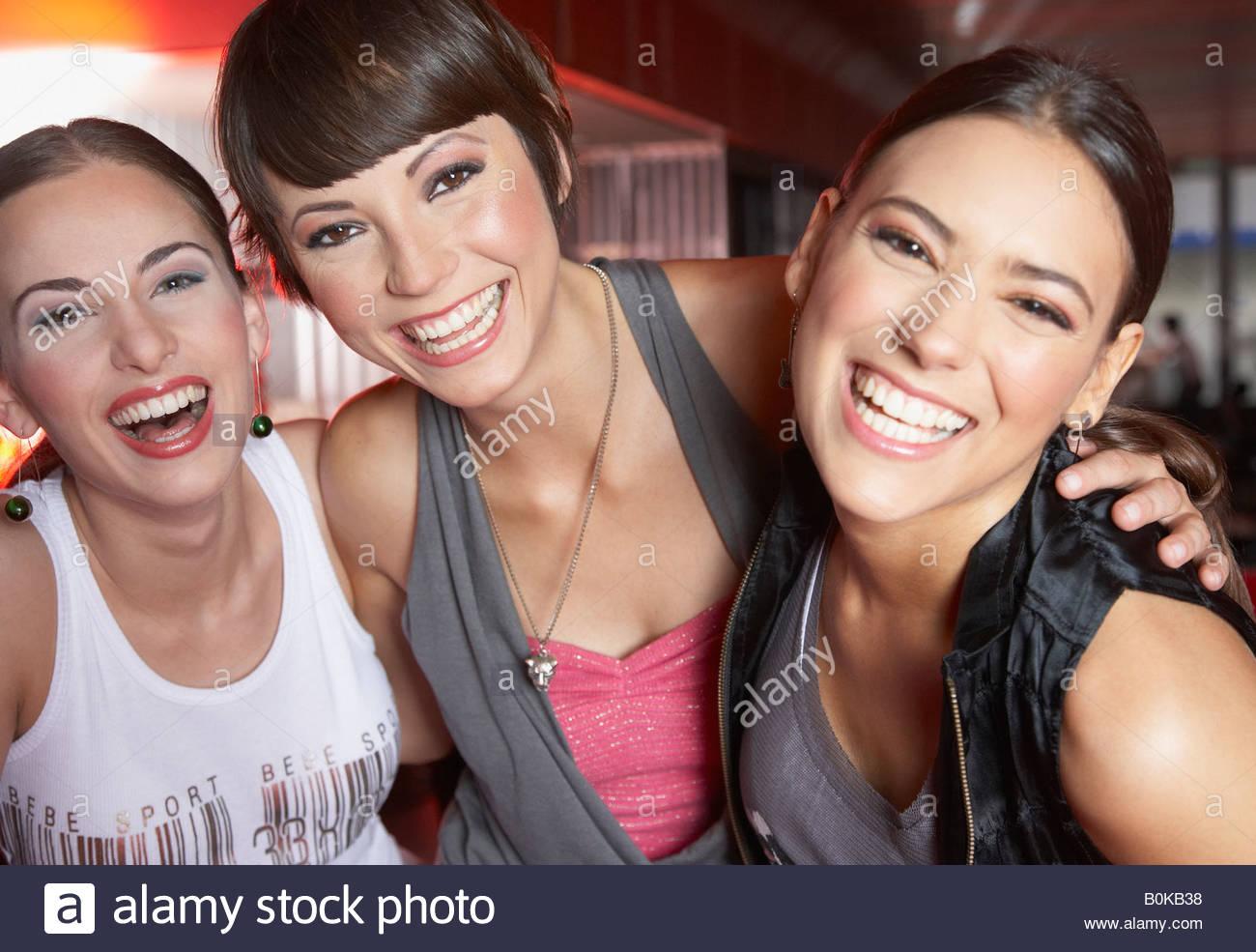 Tre donne in discoteca per divertirsi e sorridente Immagini Stock