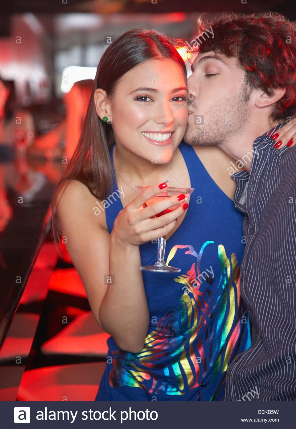 Matura in discoteca baciare e sorridente Immagini Stock