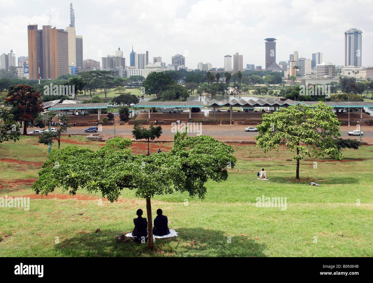 Kenya: vista da Uhuru Park per lo skyline di Nairobi Immagini Stock