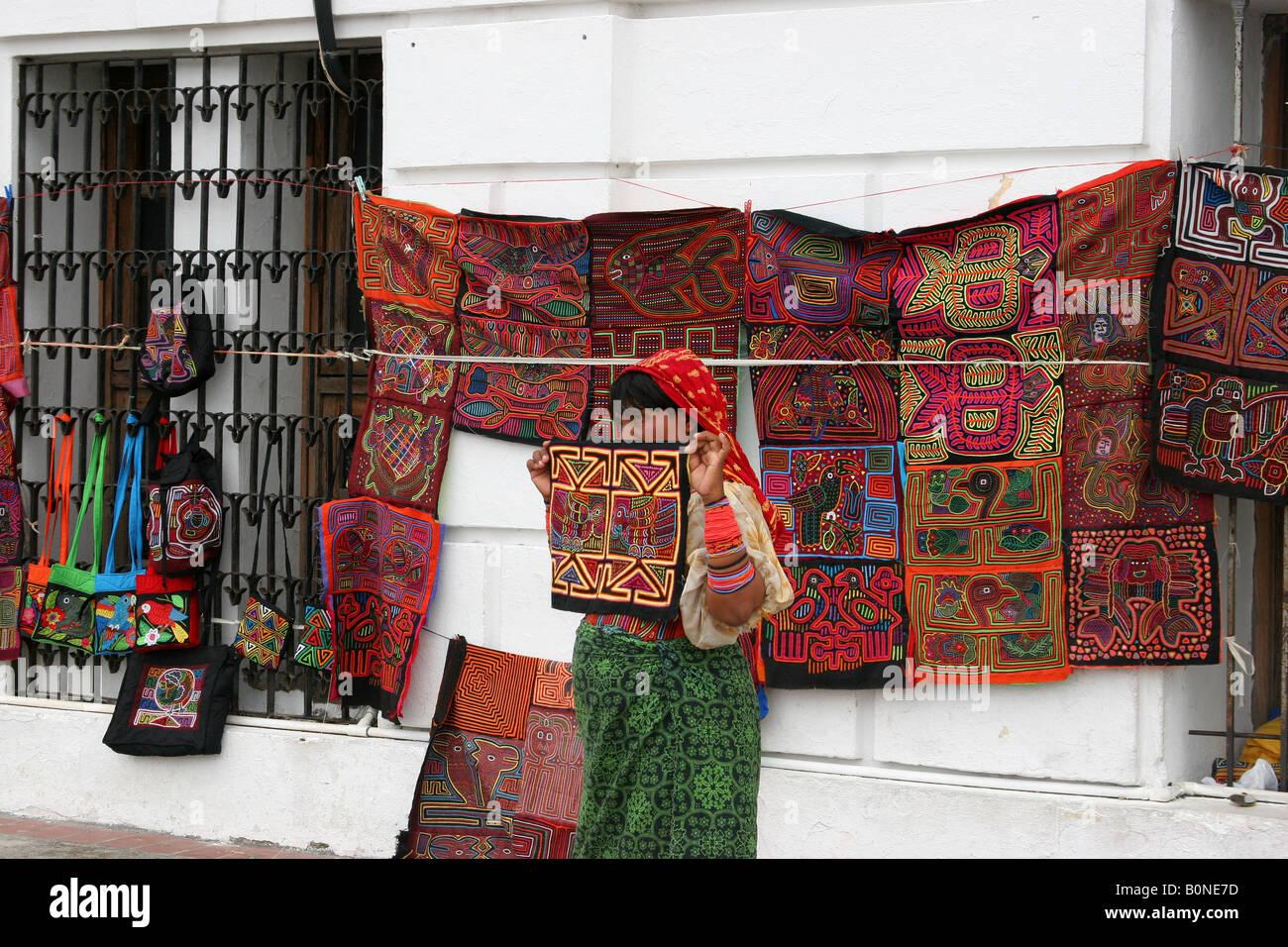 La Kuna donna indiana molas vendita in un mercato di strada della città di  Panama. c0f392ee7414