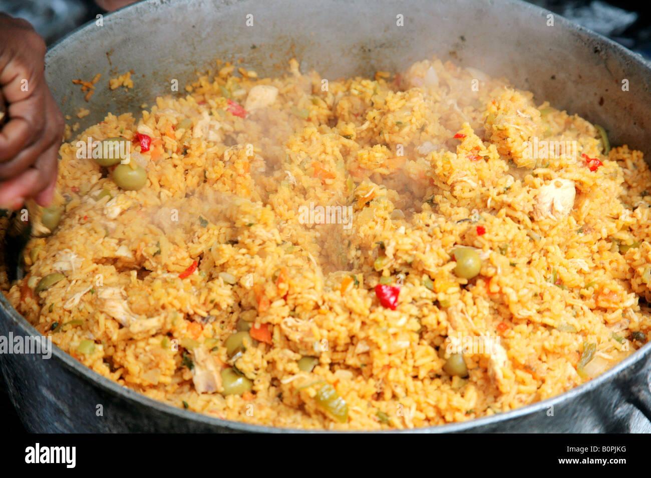 Piatto di riso con pollo e un piatto tradizionale della for Piatto della cucina povera
