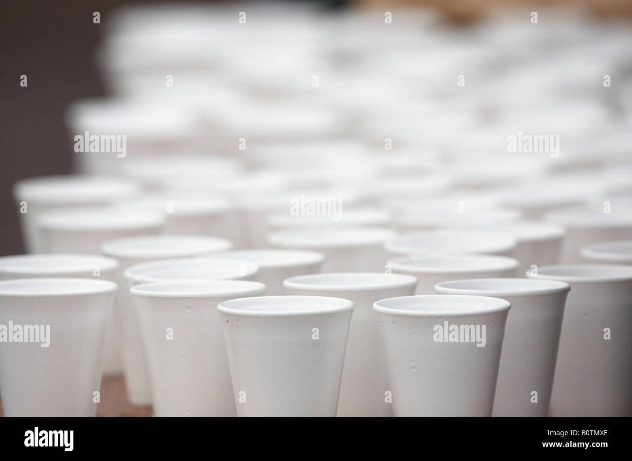Polistirene styrofoam tazze piene di acqua seduto su un tavolo durante una maratona gara sportiva Immagini Stock