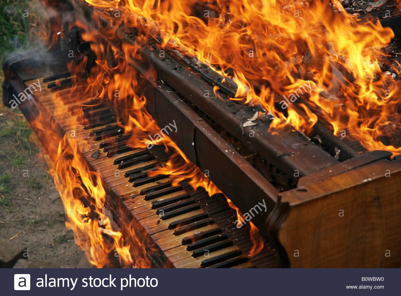 La masterizzazione di pianoforte, pianoforte sul fuoco Immagini Stock