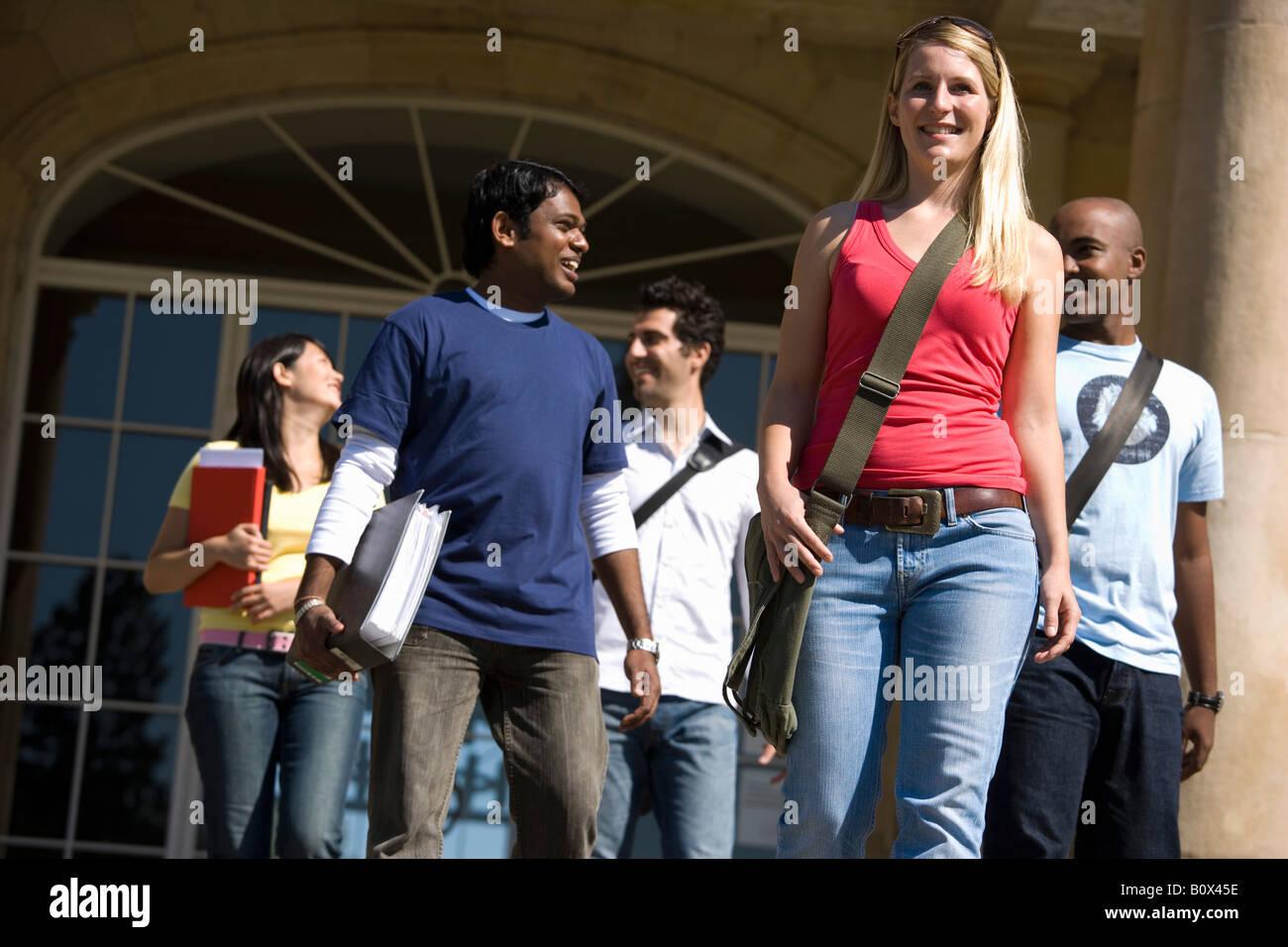 Gli studenti universitari di lasciare un edificio in aula del campus Immagini Stock