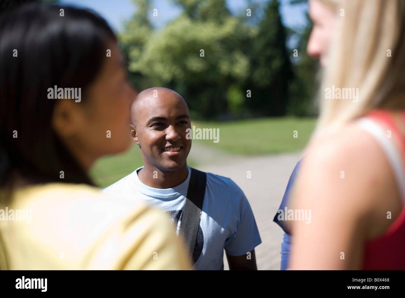 Gli studenti universitari la socializzazione del campus Immagini Stock