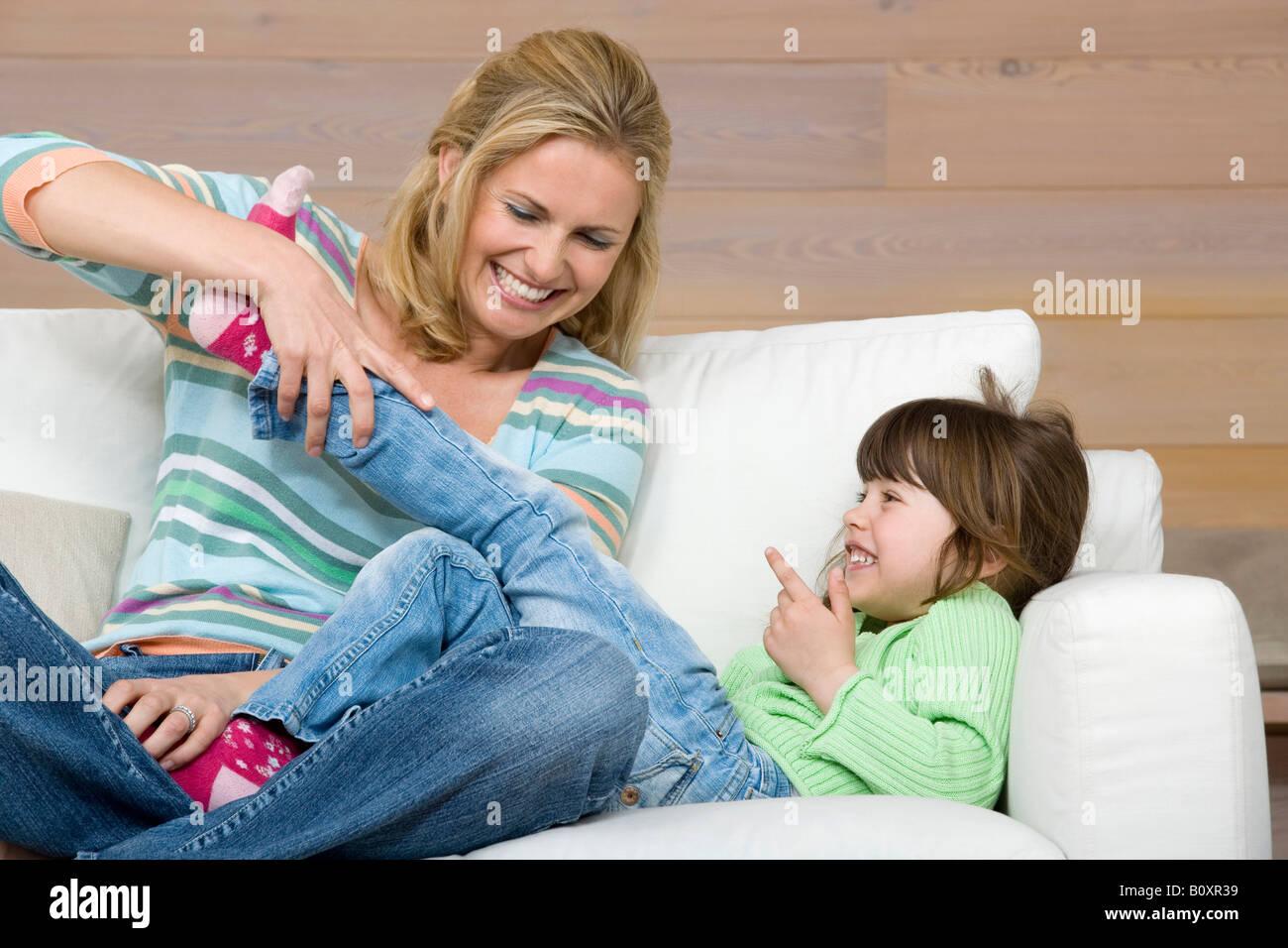 Madre e figlia (6-7) seduto sul divano, ritratto Immagini Stock