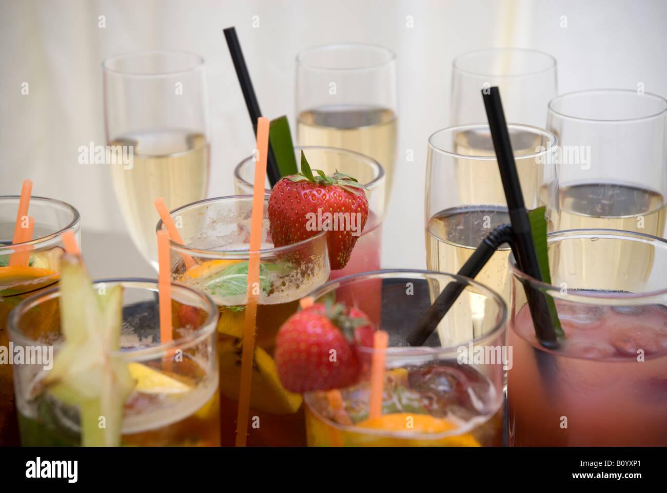 Bicchieri di Pimms e champange con fragole Immagini Stock